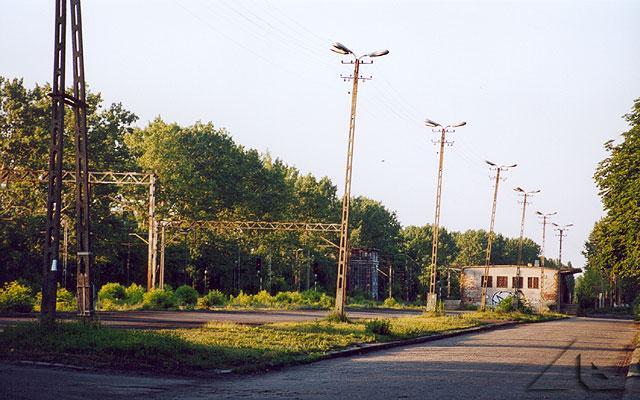 """Widok na """"pasaż"""" przy torach kolejowych w Wołominie"""