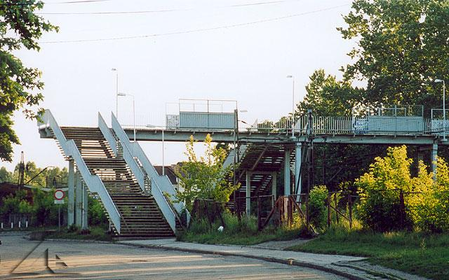 Szubienica - kładka nad peronem w Wołominie.