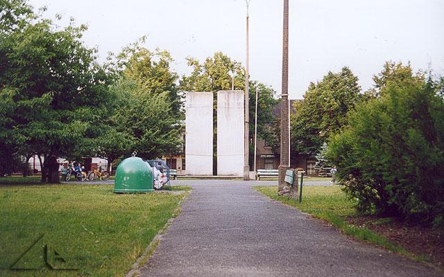 Plac 3 Maja (dawniej Plac Górnośląski) i pomnik ofiar II Wojny Światowej.<br>W okresie międzywojennym znajdowała się tu remiza strażacka oraz kino.