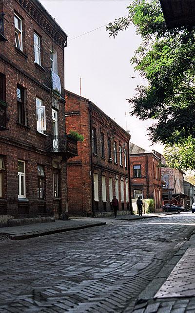 Ulica Warszawska.<br>Po prawej stronie znajduje się budynek, w którym mieściła się dawniej szkoła nr 2.