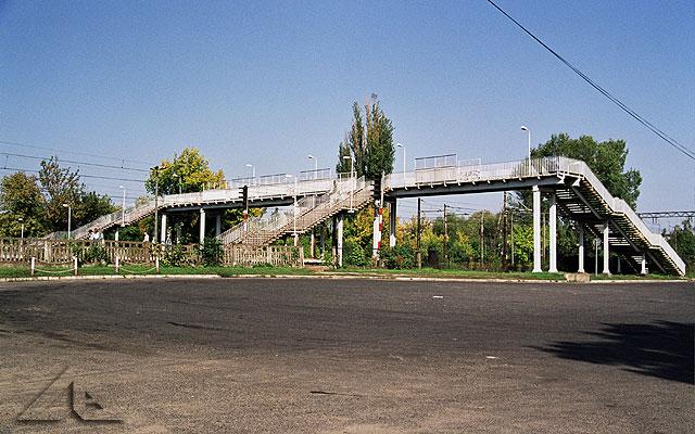 Przejście dla pieszych nad torami kolejowymi.<br>Na pierwszym planie widoczna zajezdnia autobusowa.