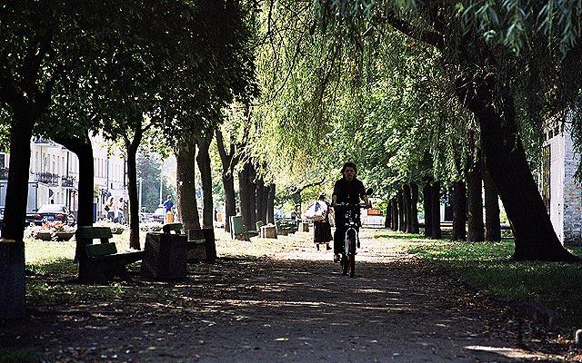 Park znajdujący się przy stacji kolejowej.
