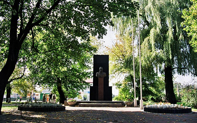Pomnik Józefa Piłsudskiego w parku mieszczącym się przy stacji kolejowej.