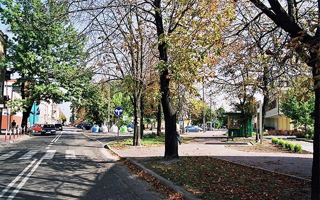 Ulica Wileńska.<br>Po prawej stronie jest wjazd na parking Urzędu Miejskiego.