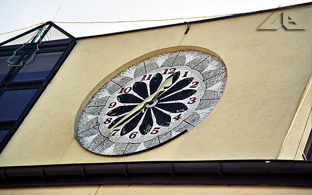 Zegar na ścianie Urzędu Miejskiego.<br>Czy wy też widzicie choinkę ? We wrześniu ?