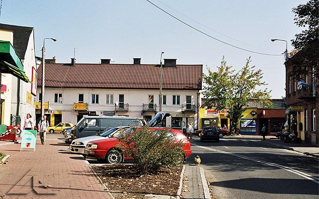 """W tym miejscu dawniej znajdował się przystanek autobusowy.<br>W głębi po prawej stronie znajduje się wieczny bar """"Piotruś""""."""