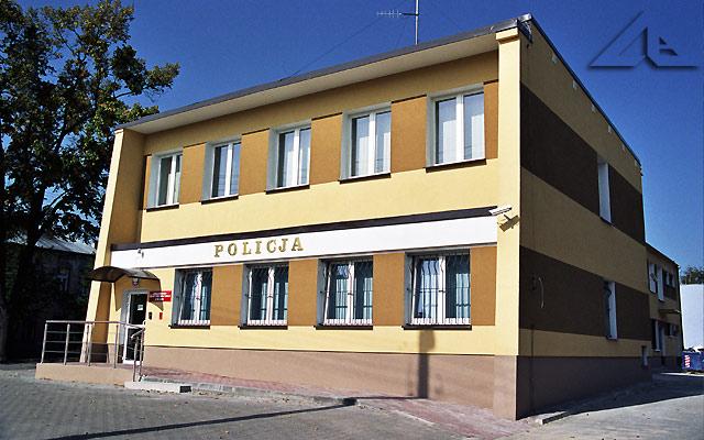Nowy budynek policji miejskiej.<br>Niegdyś na parterze tego budynku był zegarmistrz, sklep z biżuterią,<br>natomiast po drugiej stronie był sklep z rybami.