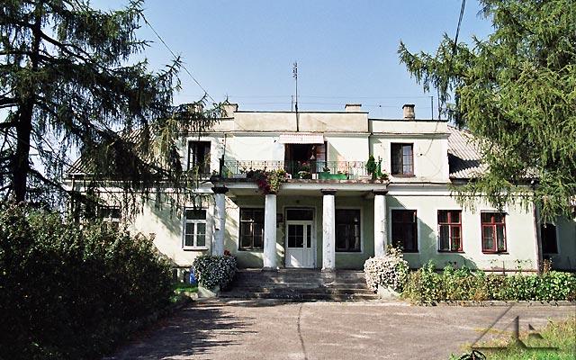 Ponad 100-letni stary dwór w Nowej Wsi − własność rodziny Korolkiewiczów, którego pierwotne przeznaczenie zostało stracone.