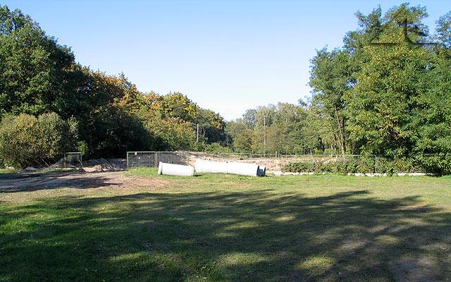 Prace remontowe przy oczku wodnym między Wołominem a Kobyłką koło czołgu.