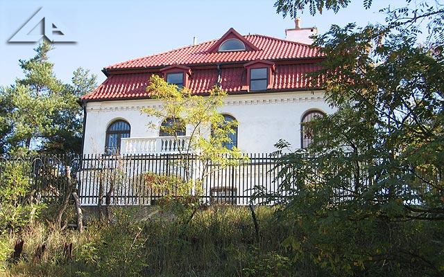 """Pałac An der Tank &minus; pierwotnie """"Laurentium"""" w sąsiedztwie Domu nad Łąkami.<br>Do roku 1992 willa ta miała bryłę w stylu krymskim, jej budowniczym w roku 1915 był lekarz Raczyński, który chciał tu stworzyć szpital ginekologiczny."""