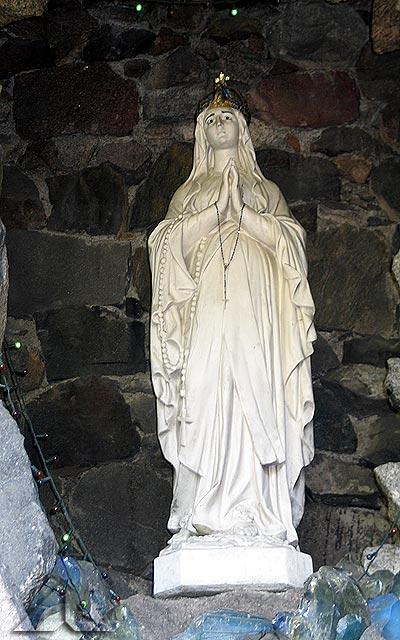 Figura Matki Bożej w grocie.