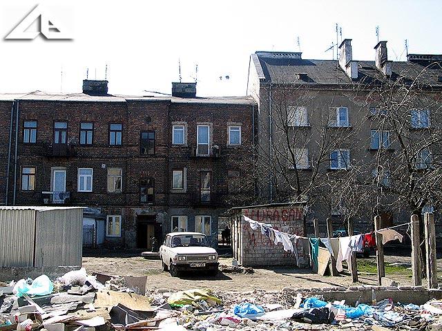 Stary budynek mieszkalny znajdujący się w sąsiedztwie terenu starej huty szkła