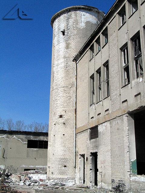 Nieczynny obiekt przemysłowy na terenie starej huty szkła