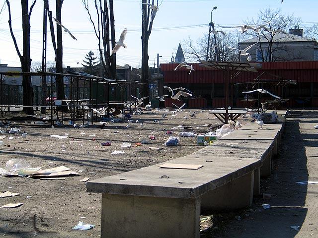 Krajobraz po bitwie po zakończonym sobotnim targu przy ul. 3 maja