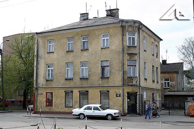 Budynek przy ulicy Legionów przy stacji kolejowej w Wołominie