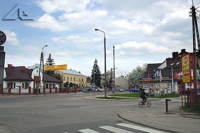 Ulica Wileńska widziana z ulicy Przechodniej. W tle stoi żółty budynek Policji.