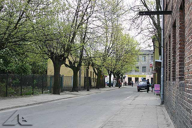 Ulica Przechodnia a w tle prostopadle biegnąca ulica Kościelna.