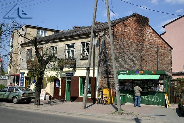 Stary, zniszczony dom stojący na rogu ulicy Kościelnej i Legionów. Widok ze skrzyżowania ulicy Legionów i Ogrodowej.