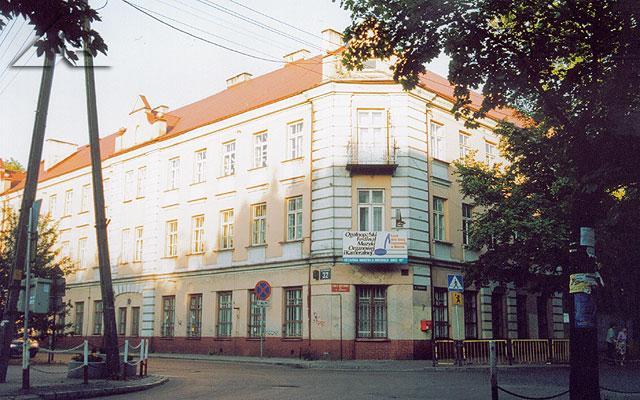 Legenda. Szkoła podstawowa nr 1. Miejsce kształcenia kilku pokoleń.<br>Budynek ten miał pierwotnie trzy piętra; w roku 1923 ostatnią kondygnację rozebrano podczas wakacji letnich<br>- z uwagi na bezpieczeństwo konstrukcji obiektu.