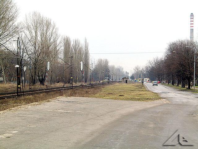 """Widok z rampy w kierunku wschodnim. W głębi widoczna stacja PKP """"Wołomin Słoneczna""""."""