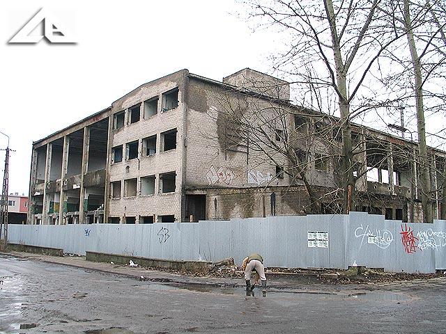 Zniszczony budynek starej huty szkła przy ulicy Nowowiejskiej.