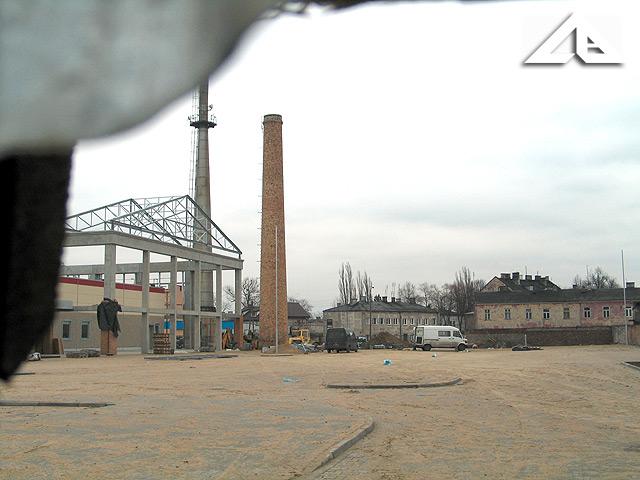 Plac parkingowy przed nowym centrum handlowym.<br>Tajemniczy widok od północnej strony z rampy przy torach kolejowych.