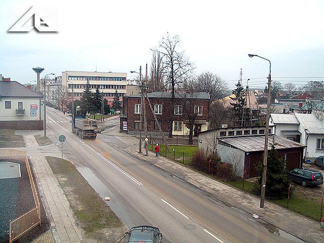 """Perspektywa na ulicę Wileńską.<br>W oddali budynek Miejskiego Domu Kultury a w głębi słynny """"grzybek""""."""