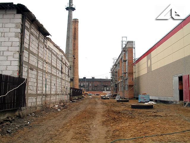 Plac budowy nowego centrum handlowego na terenie starej huty szkła.