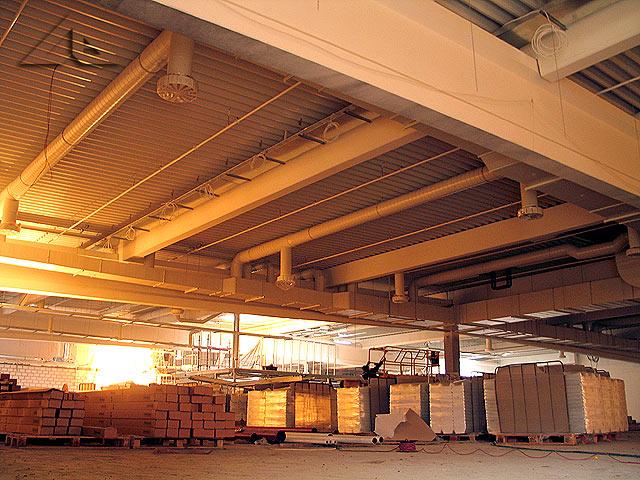 Prace wewnątrz hali nowego hipermarketu. Widok w kierunku północno-zachodnim.