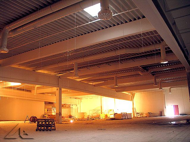 Prace wewnątrz hali nowego hipermarketu. Widok na południowo-wschodnią część hali.