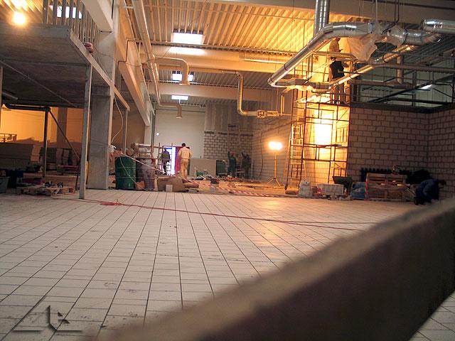 Prace wewnątrz hali nowego hipermarketu.