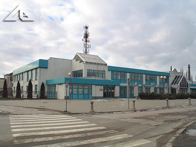 Widok w kierunku północno-zachodnim na budynek Zakładu Ubezpieczeń Społecznych (ZUS) ze skrzyżowania ulicy Kościelnej z Reja.