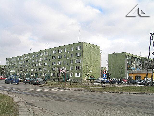 Widok w kierunku południowo-wschodnim ze skrzyżowania ulicy Kościelnej z Reja na bloki mieszkalne osiedla Niepodległości (dawniej Hibnera).