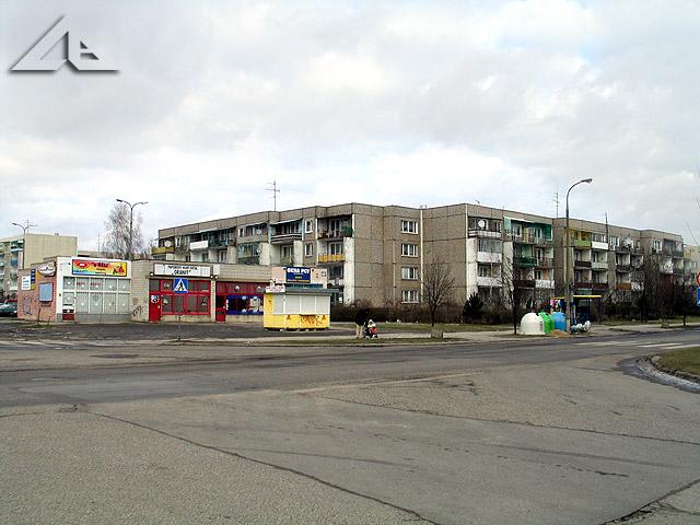 Widok w kierunku północno-wschodnim ze skrzyżowania ulicy Kościelnej z Reja na bloki mieszkalne osiedla Niepodległości (dawniej Hibnera).