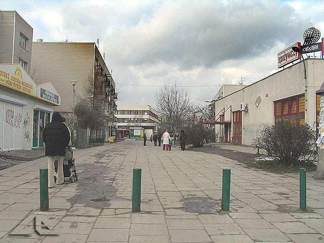 Widok w kierunku północnym z ulicy Kościelnej na pasaż handlowy osiedla Niepodległości (dawniej Hibnera).