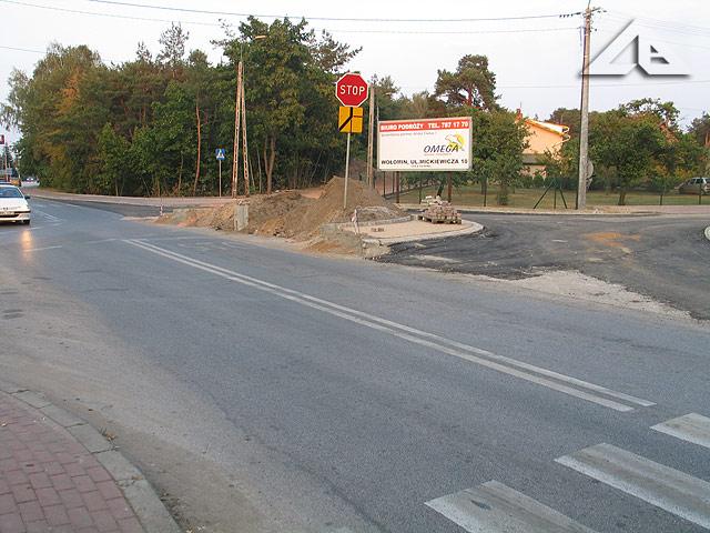 Budowa nowego ronda na granicy Wołomina i Kobyłki. W tym miejscu od dłuższego czasu było skrzyżowanie z kontrowersyjnym dla wielu kierowców przydziałem pierwszeństwa drogowego.