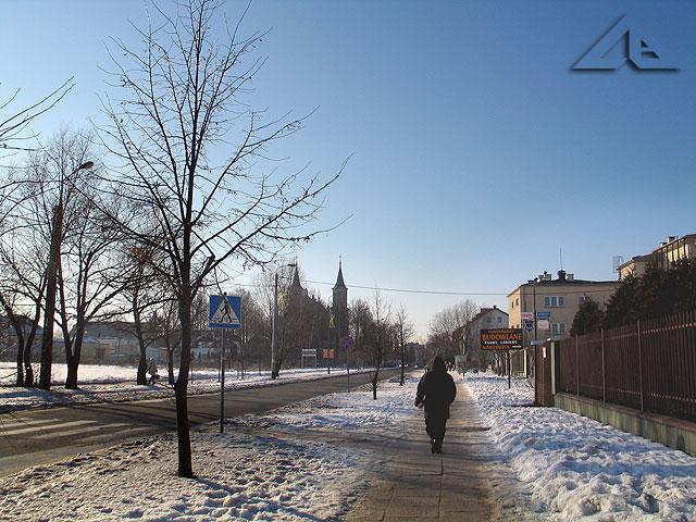 Ulica Kościelna z widocznym w tle kościołem pw. Matki Boskiej Częstochowskiej.