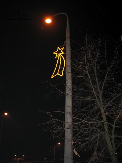 Takie oto świetliste gwiazdki wiszą przez całą zimę na pełnej długości ulicy Kościelnej (od ul. Legionów aż do al. Niepodległości).