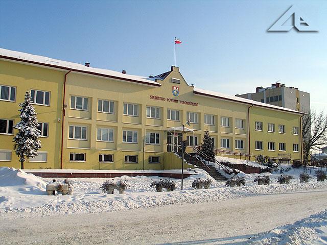 Zimowy widok na budynek Starostwa Powiatu Wołomińskiego.