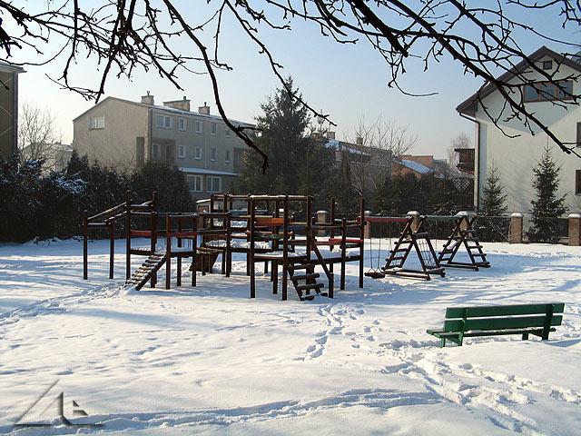 Plac zabaw u zbiegu ulic Partyzantów i Legionów.