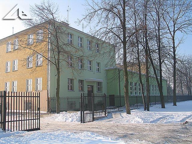 Budynek, w którym mieściło się słynne technikum szklarskie.<br>Od wielu lat mieści się tutaj również liceum ogólnokształcące.