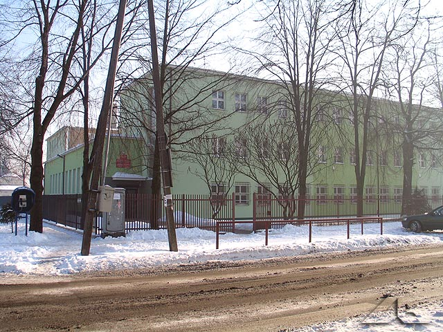 Budynek, w którym mieściło się słynne technikum szklarskie. Widok od strony ulicy Legionów.