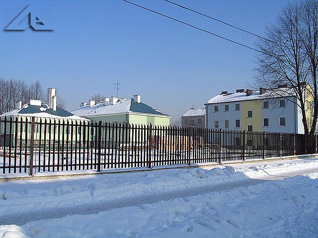 Widok od ulicy Kurkowej na kompleks budynków, które zajmował dawniej stary szpital.