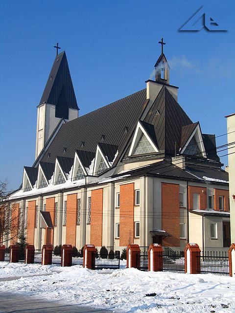 Kościół pw. Matki Boskiej Królowej Polski widoczny ze strony południowej z ulicy Kurkowej.