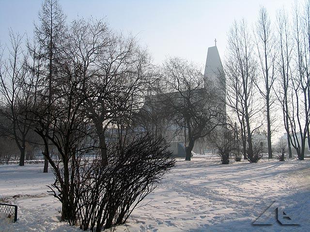 """Kościół pw. Matki Boskiej Królowej Polski widoczny z osiedla """"Lipińska""""."""