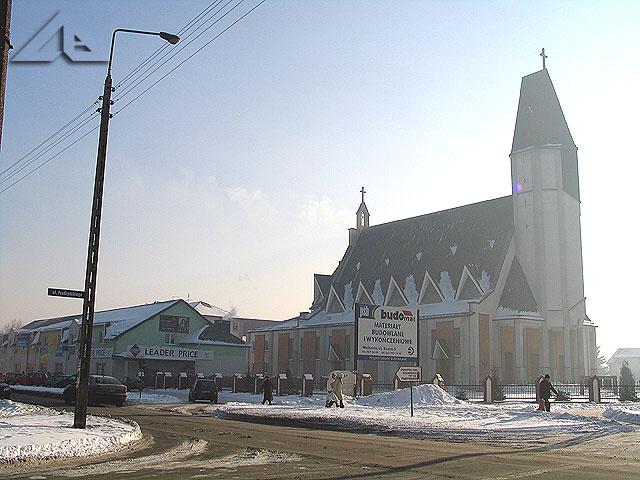 """Kościół pw. Matki Boskiej Królowej Polski wraz z """"ozdobą"""" w postaci sklepu """"Leader Price""""."""
