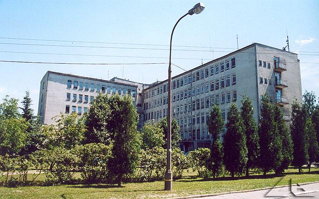 Szpital widziany z placu wewnętrznego.