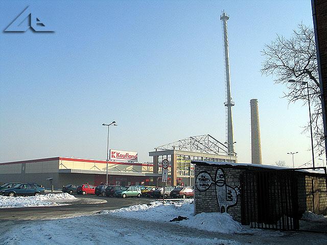 """Widok na teren sklepu """"Kaufland"""", który stoi w miejscu dawnej huty szkła. Widok od strony torów kolejowych."""