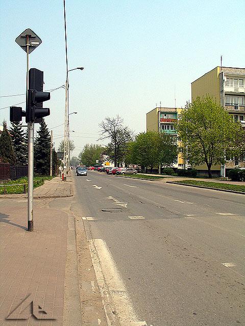 Perspektywa na ulicę Armii Krajowej w kierunku wschodnim.