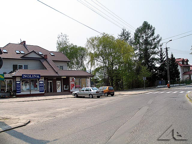 Ulica Kościelna. Po lewej stronie stoi kościół, po prawej kaplica.